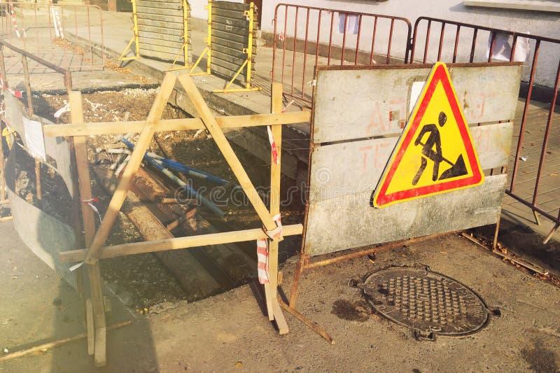 Uszkadzaj?ca asfaltowa droga Naprawa inżynierii drogi autostrady z?y droga Remontowy znak na drodze zdjęcia royalty free