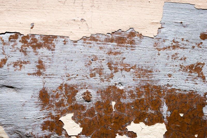 Uszkadzam pękał ścianę z obieranie farbą zdjęcie stock