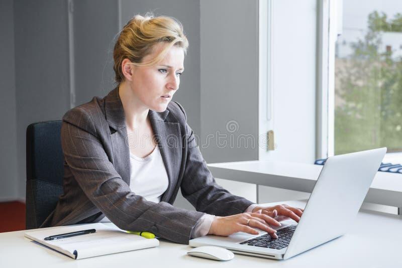 Utövande affärskvinna med anteckningsboken arkivbilder