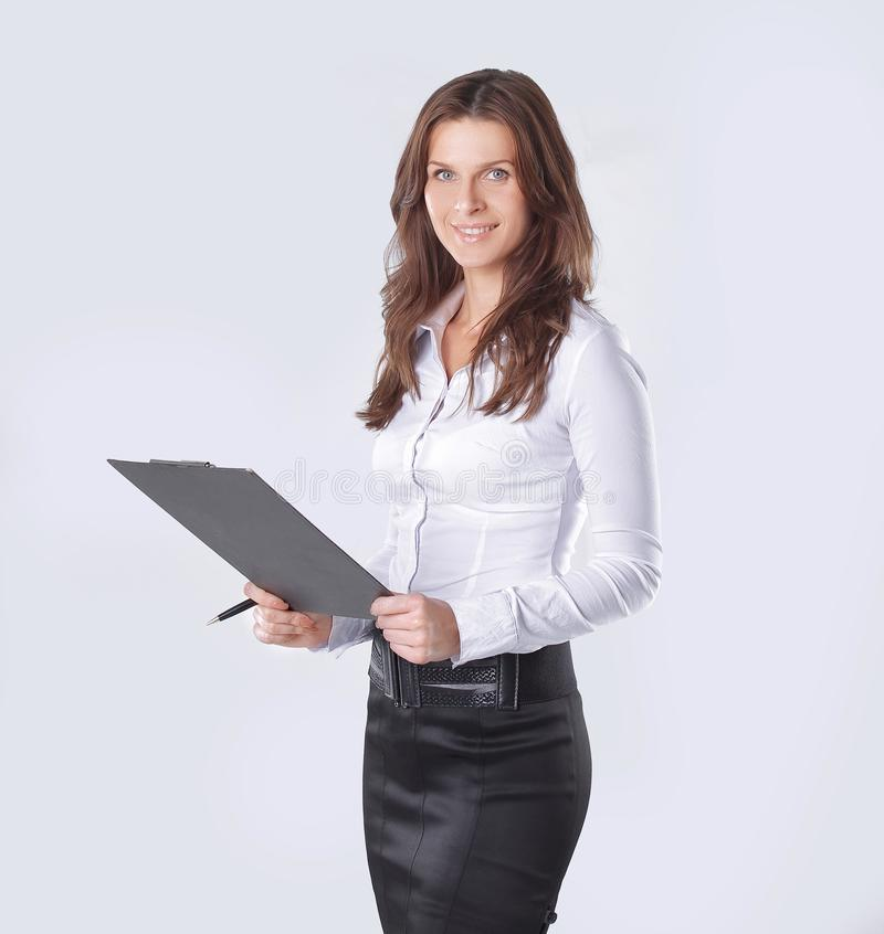Utövande affärskvinna som läser ett affärsdokument arkivbild