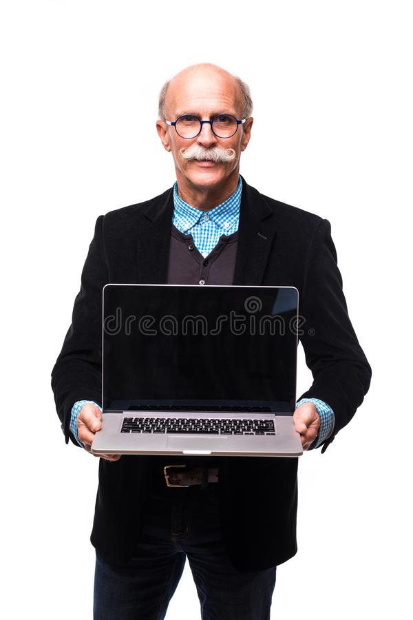 Utövande anseende för hög man med den öppna bärbara datorn som isoleras mot vit bakgrund arkivfoto
