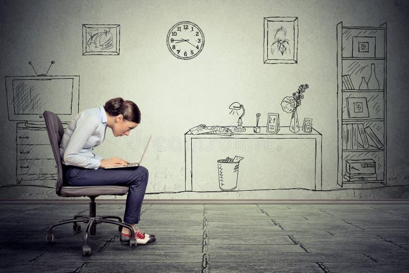 Utövande arbete för företags affärskvinna på bärbara datorn i regeringsställning royaltyfria foton