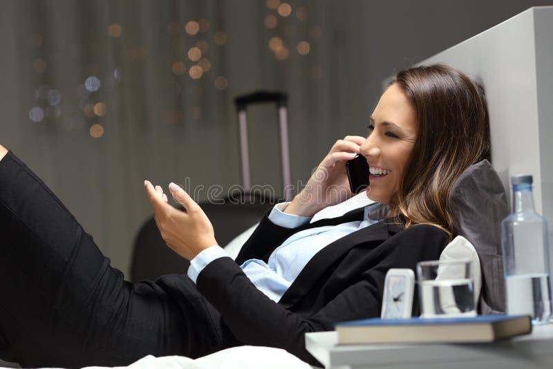 Utövande ha affärstelefonkonversation i ett hotellrum arkivfoton