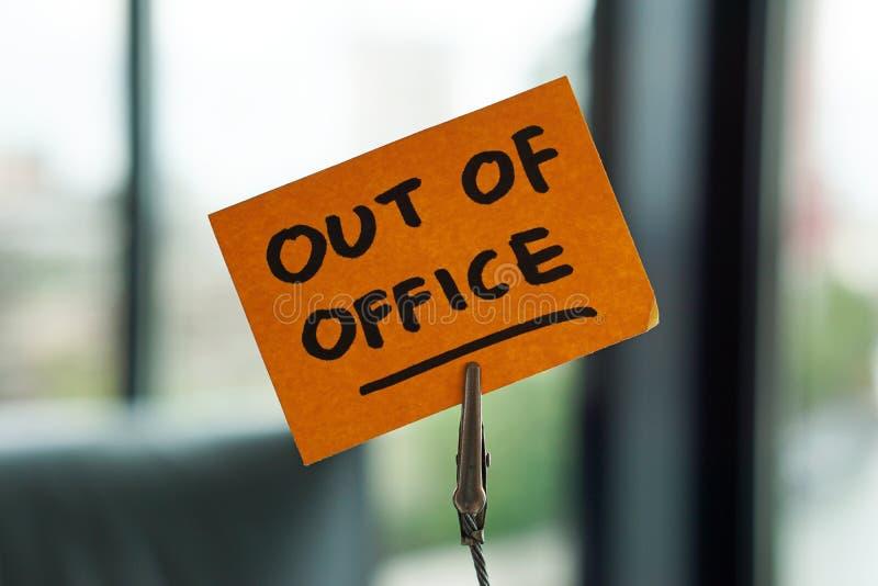 Ut de la oficina escrito en una nota fotos de archivo libres de regalías