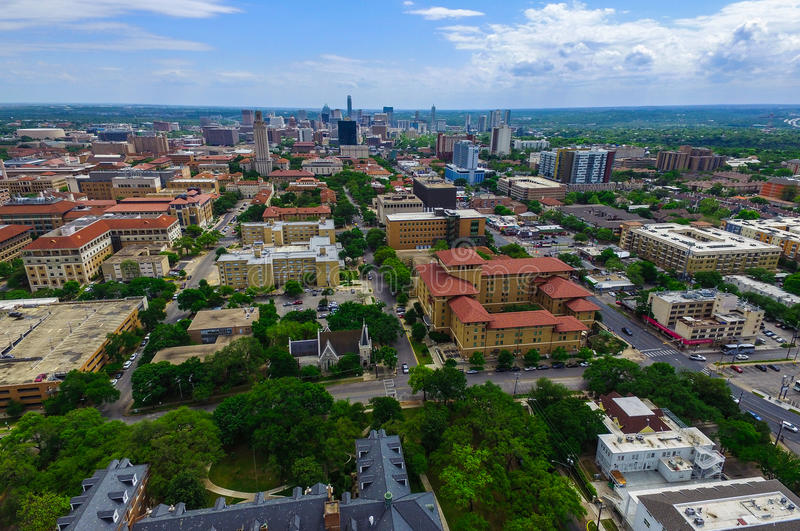 UT-Turm-Campus-Universität mit Austin Texas Skyline Cityscape im Hintergrund stockbilder