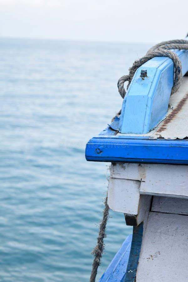 Ut ur fokus- eller suddighetssiktshavet på det blåa skelett- skeppet royaltyfria foton