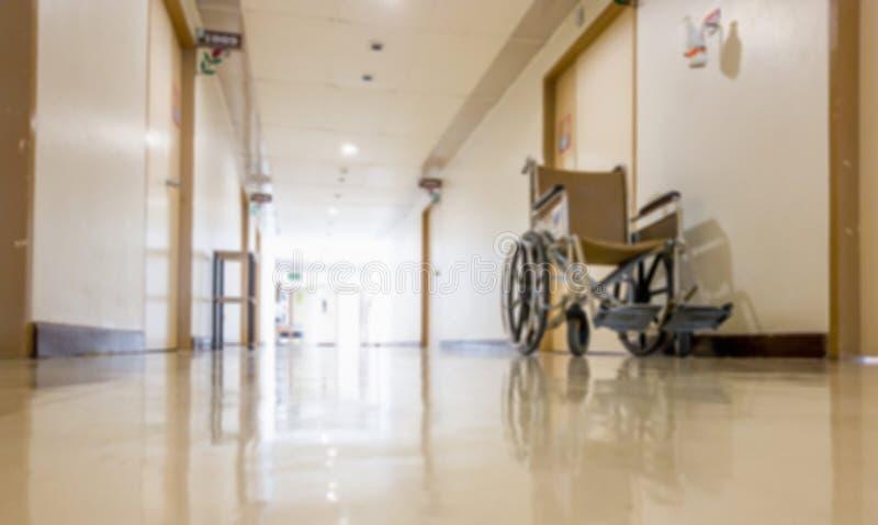 Ut ur fokus och suddigt för rullstolen som framtill parkerar av rum i sjukhus Rullstol som är tillgänglig för äldre eller sjukt f fotografering för bildbyråer