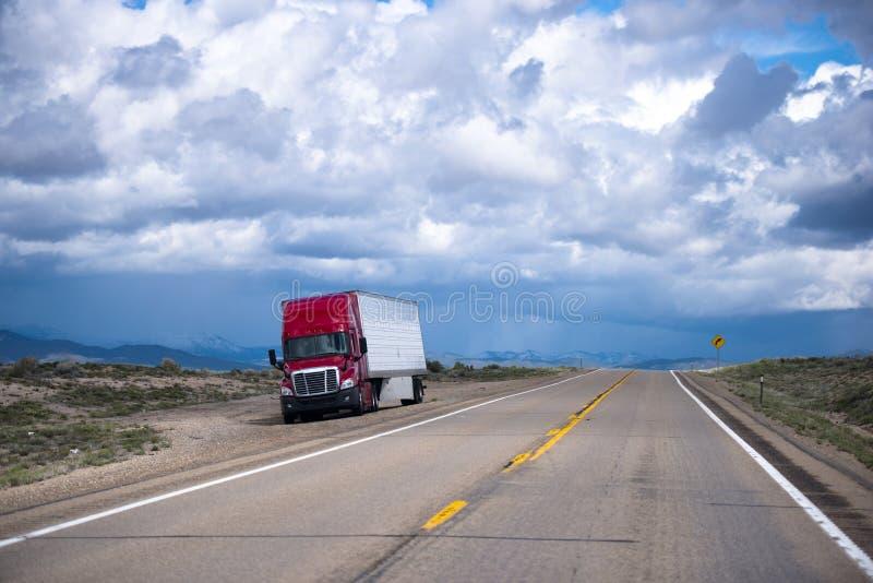 Ut ur sikt för lastbil och för släp för väg röd halv enorm arkivfoto