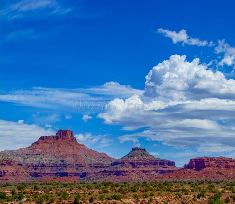 Utah Buttes med stackmolnmoln fotografering för bildbyråer
