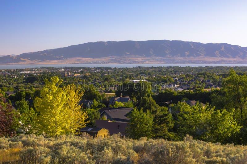 Utah See mit Bergen und dem Stadtumgeben lizenzfreie stockbilder