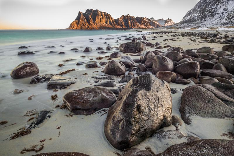 Utakleivstrand, een fantastisch zandig en rotsachtig strand stock foto's