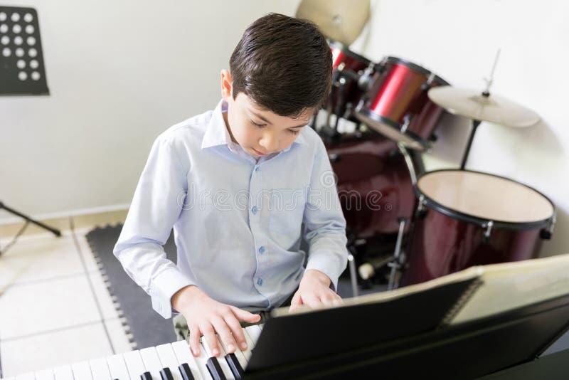 Utalentowany dzieciak Bawić się Rozsądnego syntetyka W Muzycznej szkole obrazy stock