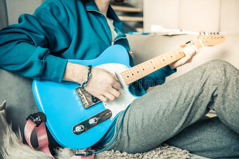 Utalentowany fachowy młody muzyk odpoczywa w żywym pokoju fotografia royalty free