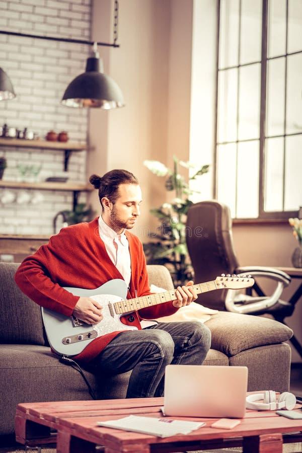 Utalentowany muzyk ma inspirację komponuje nową melodię zdjęcia stock