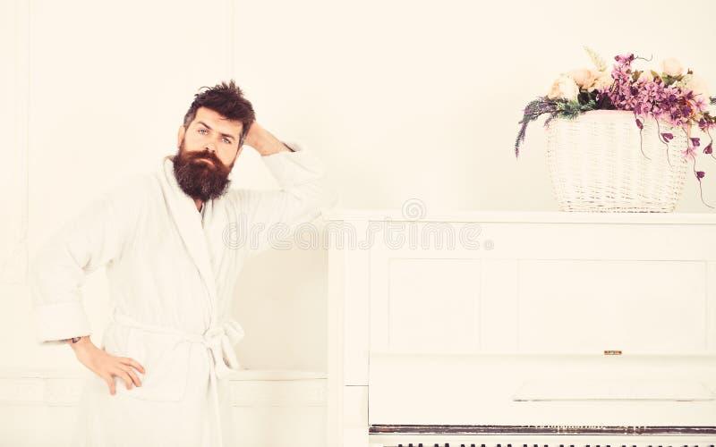 Utalentowany muzyka pojęcie Mężczyzna z brodą w bathrobe cieszy się ranek podczas gdy stojący blisko pianina Mężczyzna poważni st obraz stock