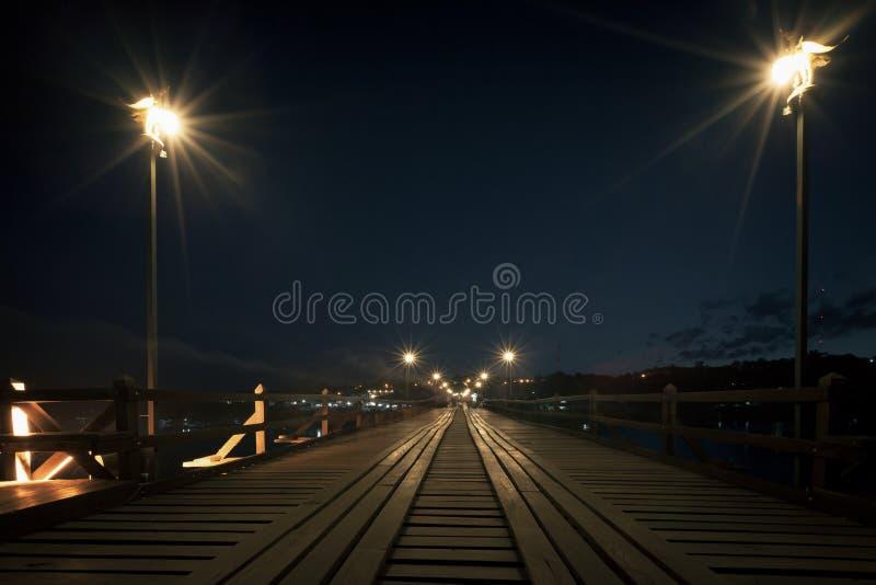 Utamanusorn bromåndag bro som göras från trä för över fotografering för bildbyråer