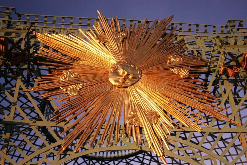 Utan den Souci slotten i Potsdam Tyskland Ironwork med av guld- sunburst royaltyfri foto