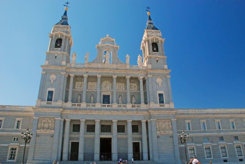 Utanför Almudena Cathedral i Madrid Spanien arkivfoto