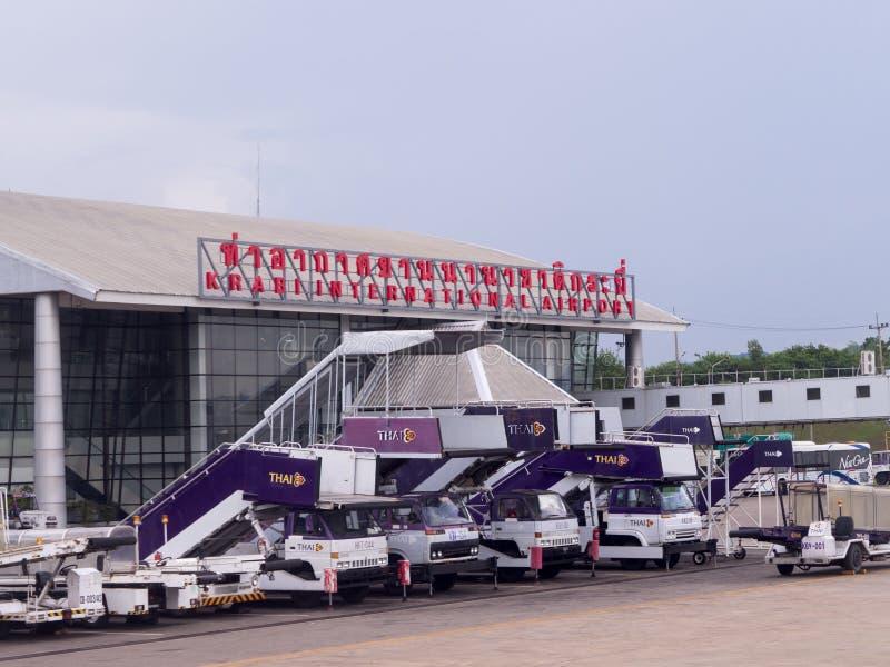 Utanför slutlig byggnad av Krabi den internationella flygplatsen royaltyfria bilder