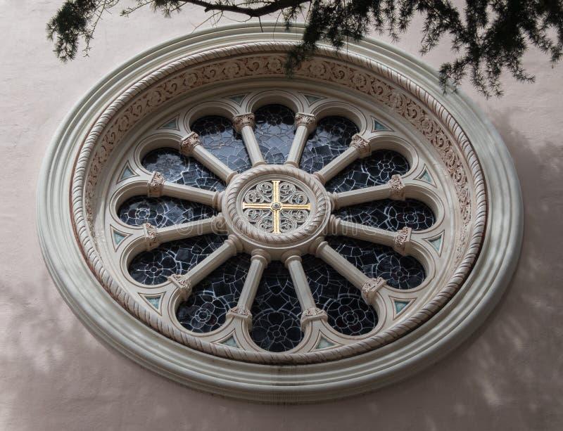 Utarbetat katolsk kyrkafönster royaltyfri fotografi