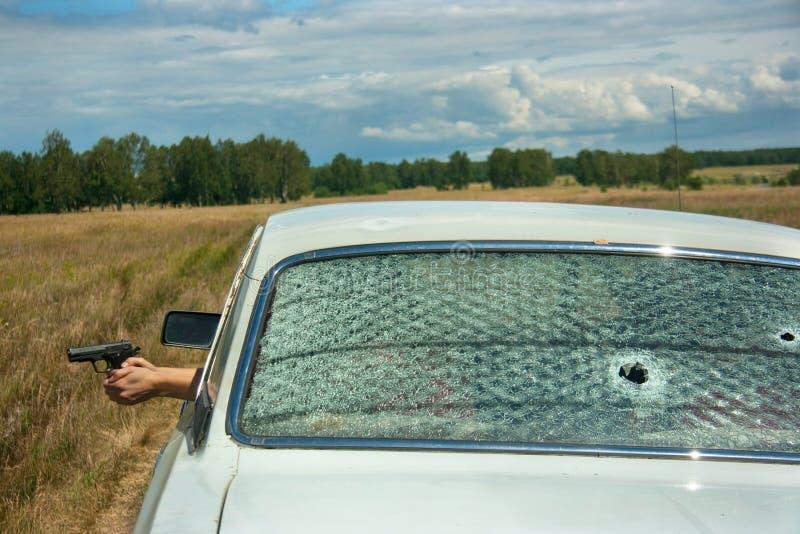 Utarczka, pościg i strzelanina na samochodzie, fotografia royalty free