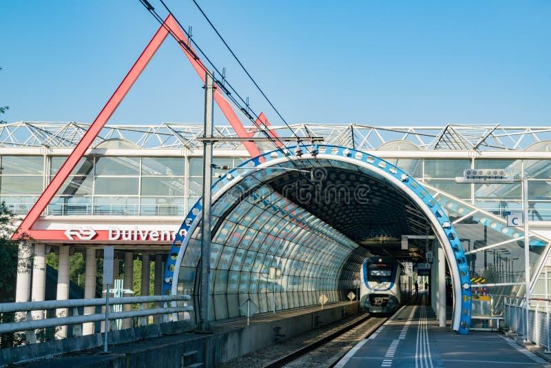 Utbilda att ankomma på plattformen av den Duivendrecht stationen royaltyfria bilder
