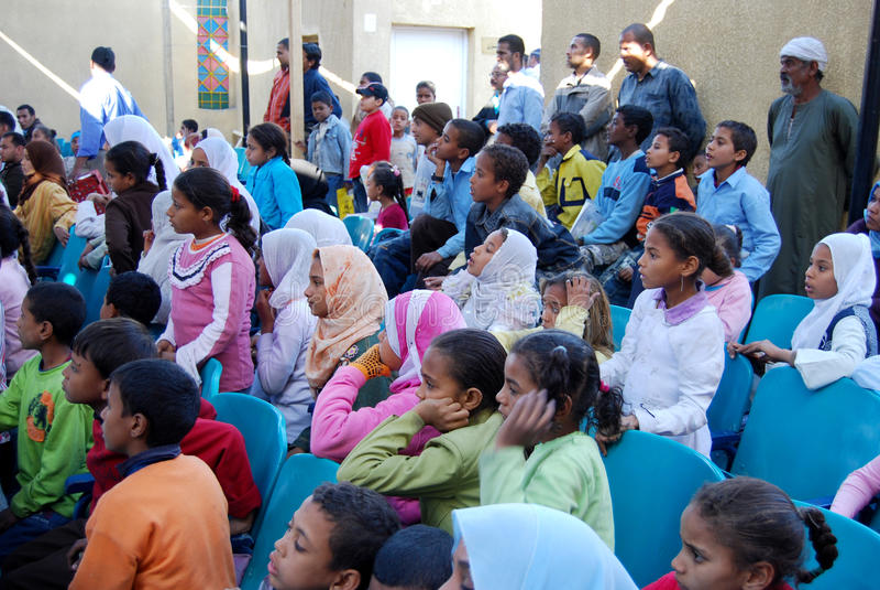 Utbilda fattiga ungar i Egypten arkivbild