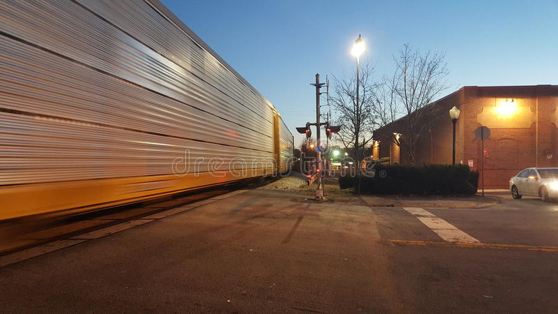 Utbilda flyttningen förbi järnvägkorsning på skymning 1 arkivfoton