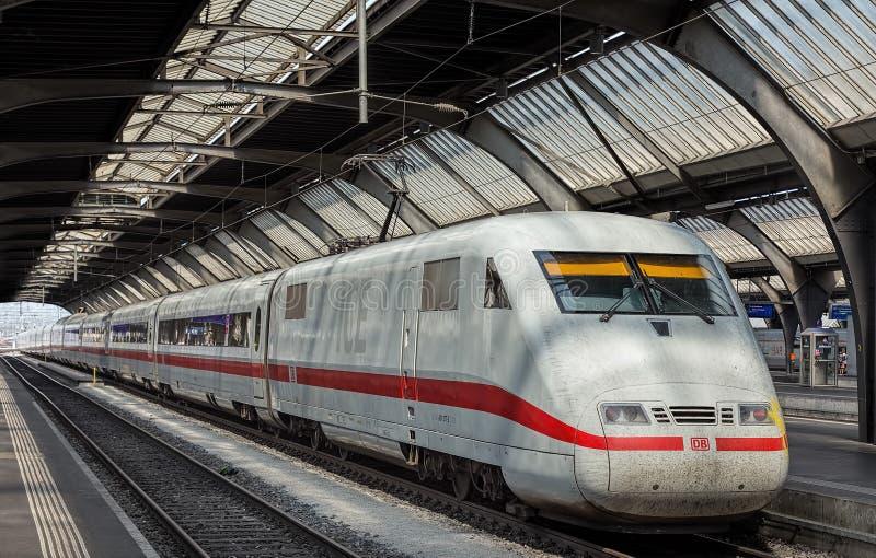 Utbilda från Tyskland på den Zurich strömförsörjningsjärnvägsstationen fotografering för bildbyråer