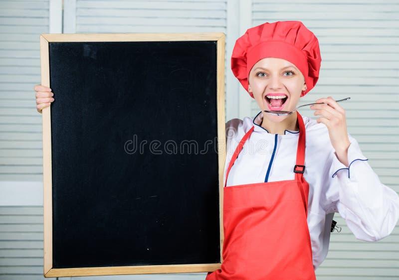 Utbilda kulinariska professionell Högsta kockundervisningmästarklass Ledar- kock som ger sig på matlagninggrupp gullig kvinna royaltyfri fotografi