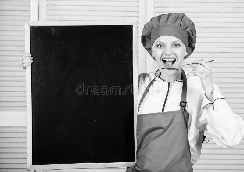 Utbilda kulinariska professionell H?gsta kockundervisningm?starklass Ledar- kock som ger sig p? matlagninggrupp gullig kvinna royaltyfri fotografi