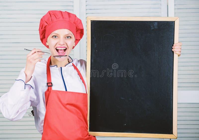 Utbilda kulinariska professionell H?gsta kockundervisningm?starklass Ledar- kock som ger sig p? matlagninggrupp gullig kvinna royaltyfri bild