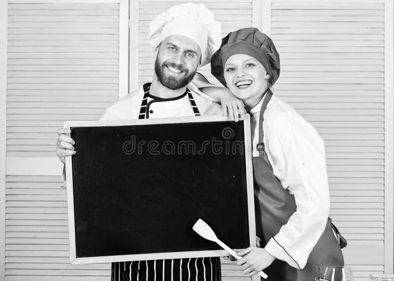 Utbilda kulinariska professionell Undervisande m?starklass f?r kock- och kockhj?lpreda Ledar- kock och f?rberedelsekock som ger a royaltyfri bild