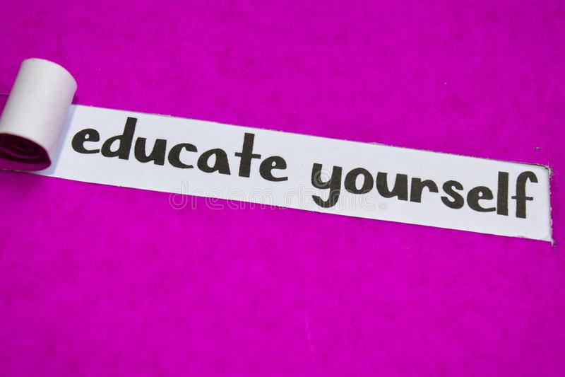 Utbilda sig text, inspiration, motivationen och affärsidéen på purpurfärgat sönderrivet papper royaltyfria foton