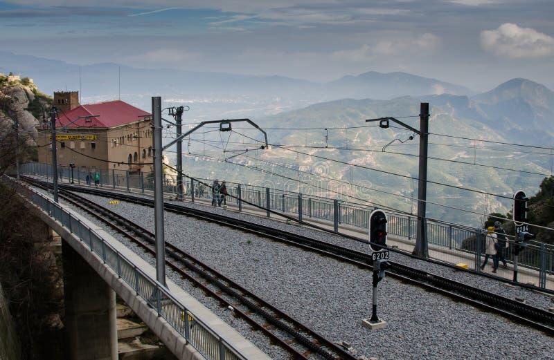 Utbilda spår till den Montserrat kloster med berg i bakgrund fotografering för bildbyråer