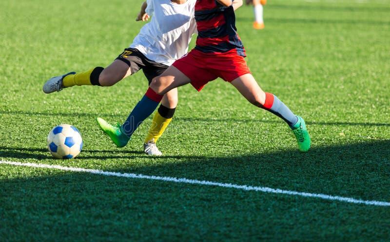 Utbildande fotboll för fotboll för ungar Pojkekörningar sparkar dribblingfotbollbollar Unga fotbollsspelare dreglar och sparkar f arkivbilder