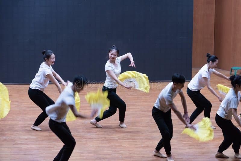 Utbildande kläder fläktar 1-Tea som väljer dansen - undervisande repetition på dansavdelningsnivån royaltyfria foton