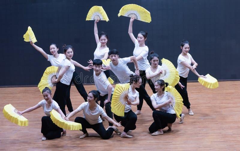 Utbildande kläder fläktar 2-Tea som väljer dansen - undervisande repetition på dansavdelningsnivån royaltyfri foto