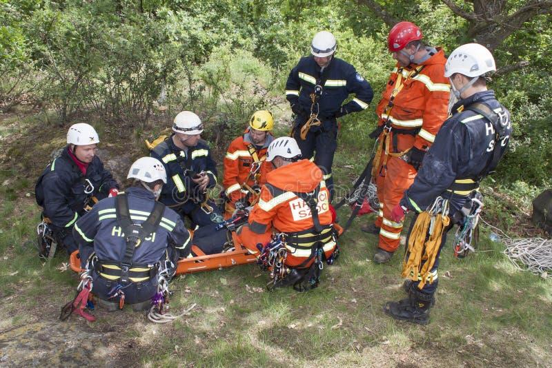 Utbildande räddningsaktionfolk i oåtkomlig terräng arkivfoton