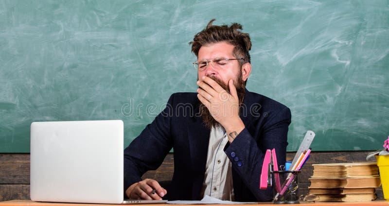 Utbildare som är mer stressad på arbete än genomsnittligt folk På hög nivå trötthet Evakuera arbete i skolaorsakströtthet royaltyfri fotografi