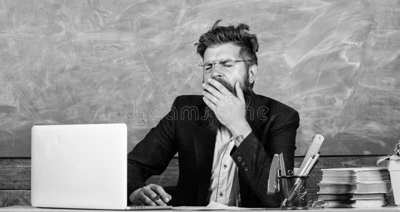 Utbildare som är mer stressad på arbete än genomsnittligt folk På hög nivå trötthet Evakuera arbete i skolaorsakströtthet royaltyfria foton