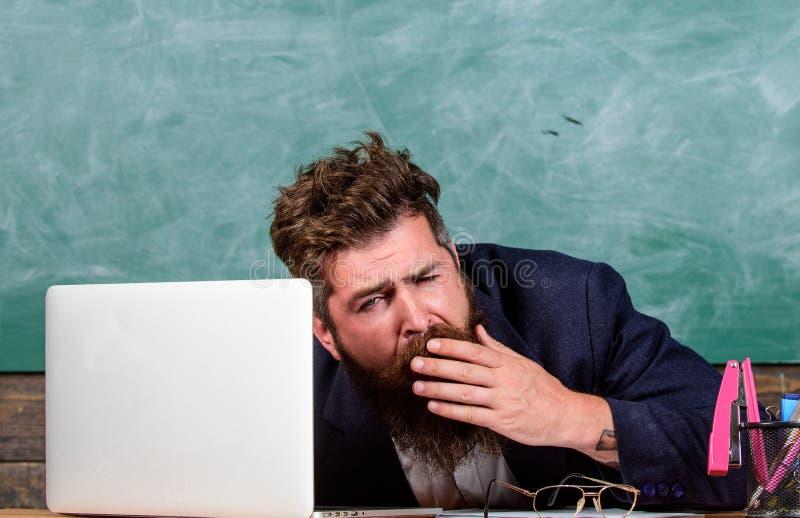 Utbildare som är mer stressad på arbete än genomsnittligt folk Liv av läraren mycket av spänningen På hög nivå trötthet Evakuera  fotografering för bildbyråer