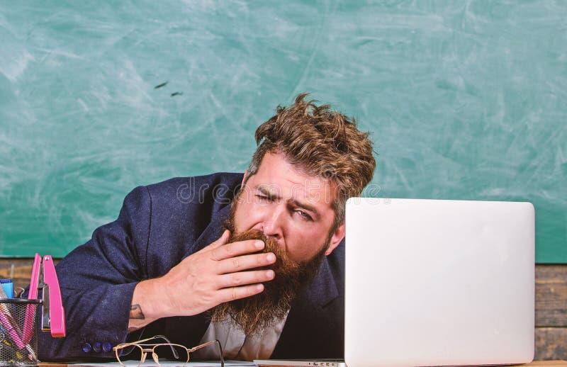 Utbildare som är mer stressad på arbete än genomsnittligt folk Liv av läraren mycket av spänningen På hög nivå trötthet Evakuera  royaltyfri foto