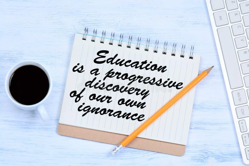 Utbildning är en progressiv upptäckt av vår egen okunnighet Text på anteckningsboken fotografering för bildbyråer