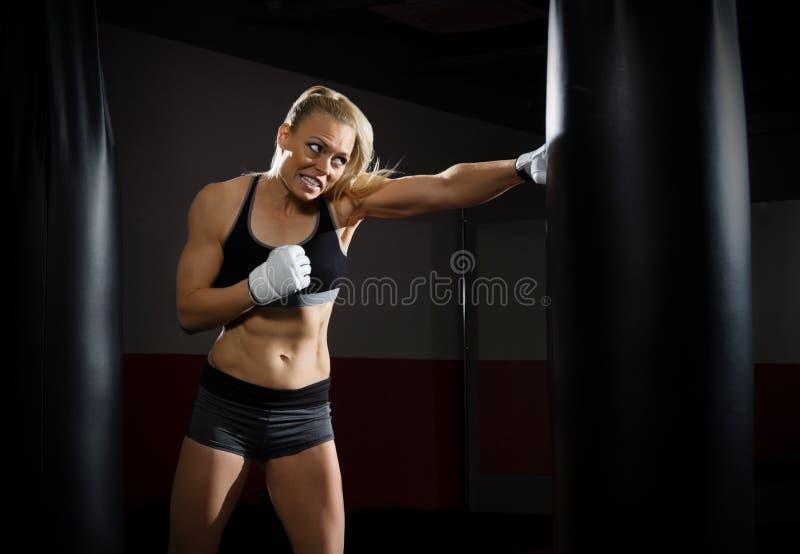 Utbildning av kickboxerkvinnan royaltyfria foton