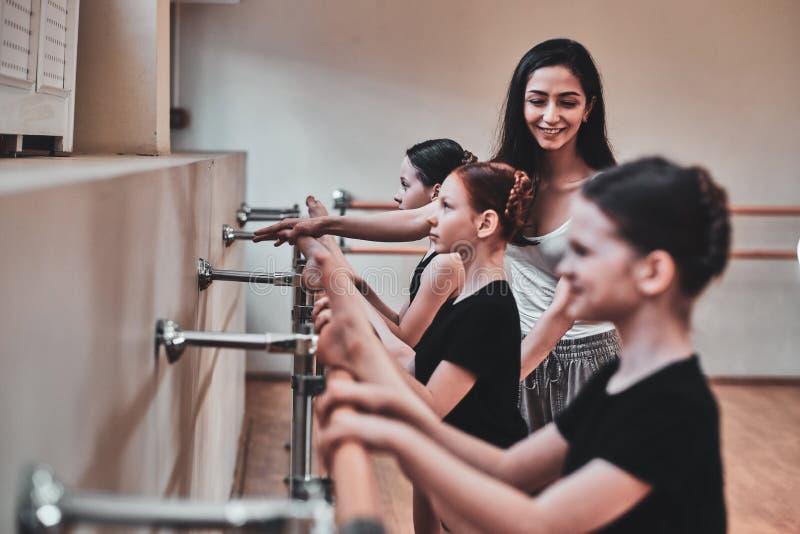 Utbildning av unga ballerina på den stora ljusa korridoren med spegeln arkivbilder