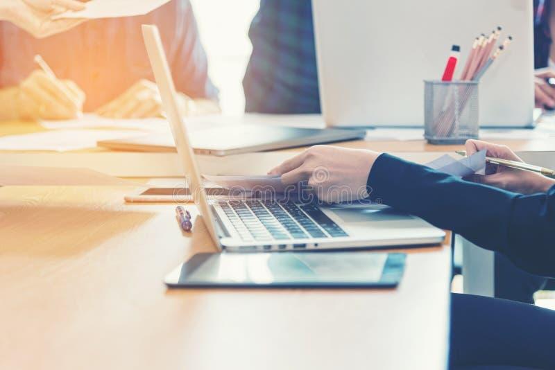 Utbildning för affärskvinna på datoren, sammanträde på skrivbordet med instrument, plan och bärbar dator royaltyfria foton