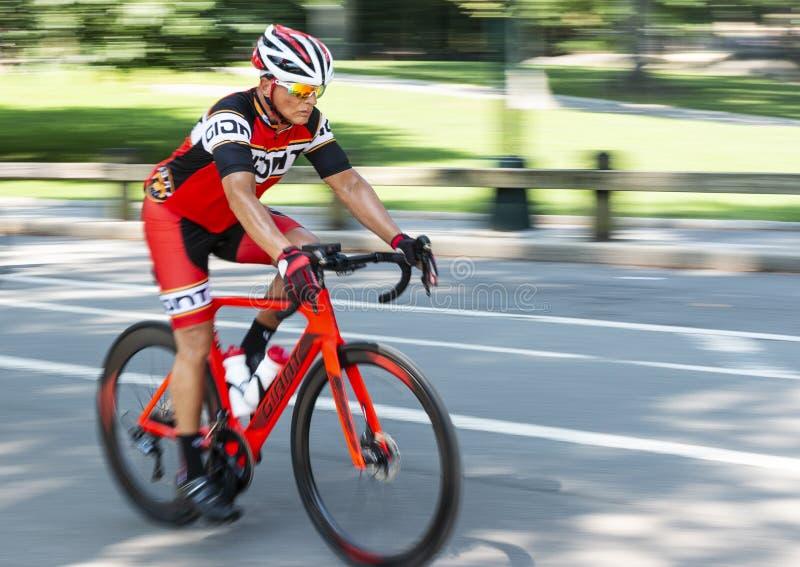 Utbildning för cyklist för springa för väg med suddig bakgrund royaltyfri fotografi