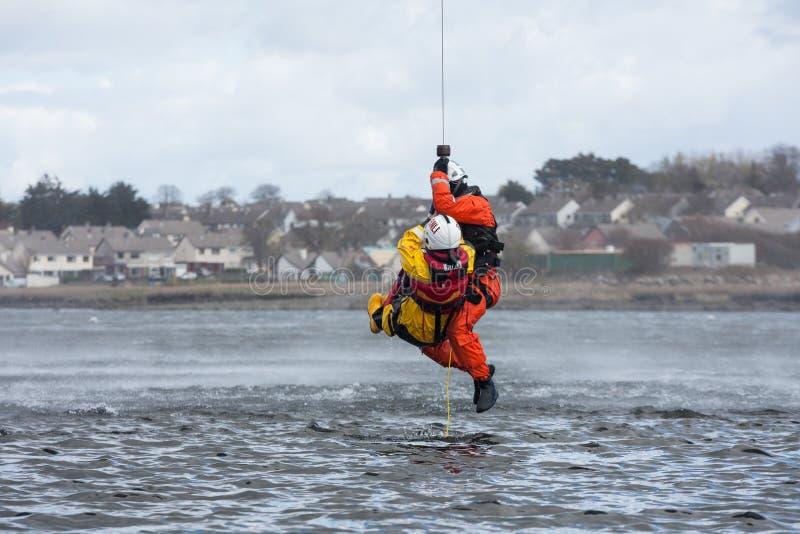 Utbildning för räddningsaktion för kustbevakningbesättningvatten arkivfoton