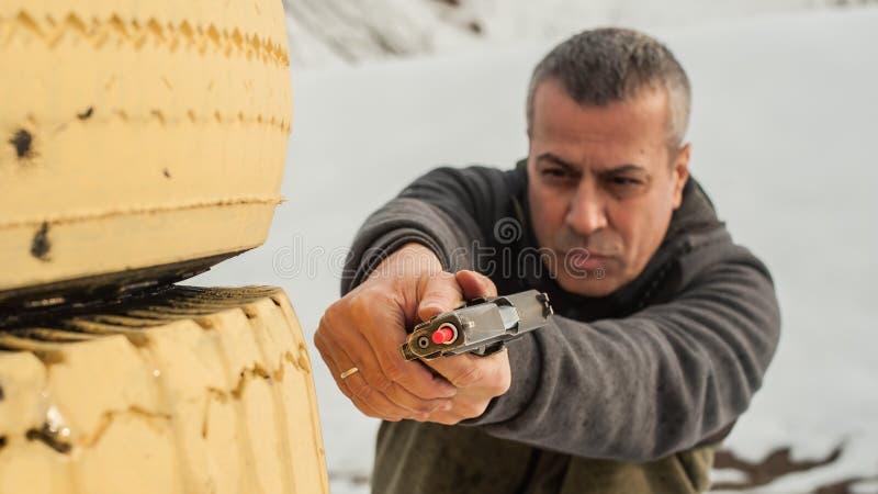 Utbildning för stridvapenskytte bak och runt om räkningen eller barrikaden royaltyfri foto